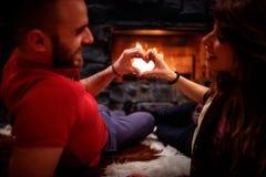Jeunes couples dans la forme d'amour et de coeur Image stock