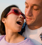 Jeunes couples dans la lumière de coucher du soleil Images libres de droits