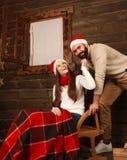 Jeunes couples dans la maison de vacances dans Noël célébrant ensemble Photos libres de droits