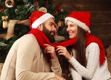 Jeunes couples dans la maison de vacances dans Noël célébrant ensemble Photos stock