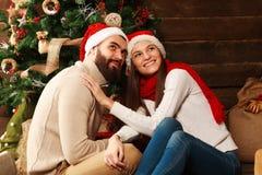 Jeunes couples dans la maison de vacances dans Noël célébrant ensemble Photo stock