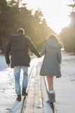 Jeunes couples dans la marche de parc d'hiver Famille à l'extérieur Amour Photographie stock libre de droits