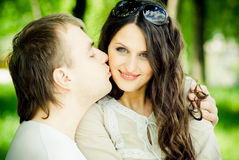 Jeunes couples dans la nature Images stock