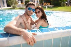 Jeunes couples dans la piscine image libre de droits