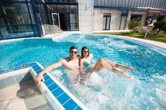 Jeunes couples dans la piscine images libres de droits
