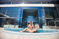 Jeunes couples dans la piscine photo libre de droits