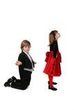 Jeunes couples dans la pose du combat de l'amoureux satirique Photo stock