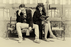 Jeunes couples dans la querelle se reposant sur le banc dans la vieille ville Photos stock