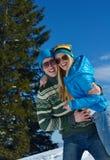 Jeunes couples dans la scène de neige d'hiver Images libres de droits