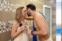 Jeunes couples dans la station thermale image libre de droits