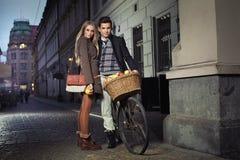 Jeunes couples dans la vieille ville Image libre de droits