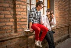 Jeunes couples dans la ville Images stock