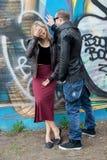 Jeunes couples dans la ville dans des relations heureuses Images stock