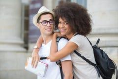 Jeunes couples dans la ville de visite d'amour Photographie stock libre de droits