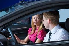 Jeunes couples dans la voiture image stock