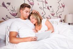 Jeunes couples dans le bâti image libre de droits