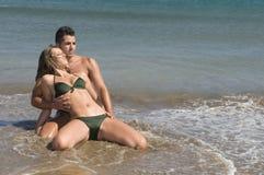 Jeunes couples dans le bord de la mer Images libres de droits