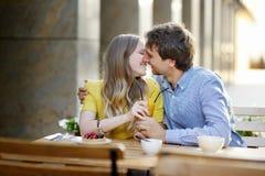 Jeunes couples dans le café extérieur Image stock