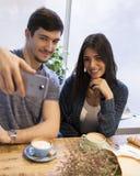 Jeunes couples dans le café prenant un Selfie Photos libres de droits