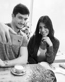 Jeunes couples dans le café prenant un Selfie Image stock