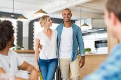 Jeunes couples dans le cafétéria Photos stock