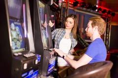 Jeunes couples dans le casino images libres de droits