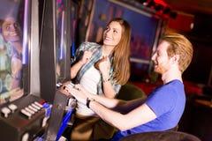 Jeunes couples dans le casino image libre de droits
