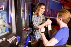 Jeunes couples dans le casino images stock