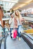 Jeunes couples dans le centre commercial Image stock