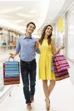 Jeunes couples dans le centre commercial images stock