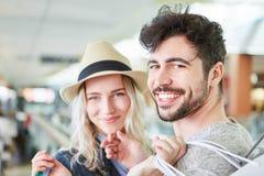Jeunes couples dans le centre commercial tout en faisant des emplettes Images stock