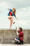 Jeunes couples dans le combat d'amour extérieur Image libre de droits