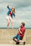 Jeunes couples dans le combat d'amour extérieur Image stock