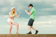 Jeunes couples dans le combat d'amour extérieur Photographie stock
