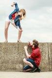 Jeunes couples dans le combat d'amour extérieur Photos stock