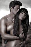 Jeunes couples dans le désert Photos stock
