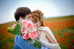 Jeunes couples dans le domaine de pavot Image libre de droits