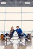 Jeunes couples dans le hall de attente Photo libre de droits