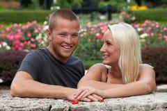 Jeunes couples dans le jardin Photos stock