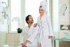 Jeunes couples dans le peignoir dans la salle de bains d'hôtel Photos libres de droits