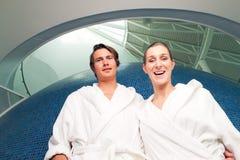 Jeunes couples dans le peignoir dans la station thermale Photos libres de droits