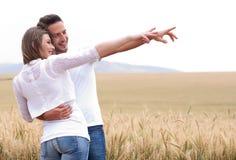 Jeunes couples dans le pré Photos libres de droits