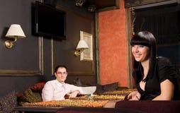 Jeunes couples dans le restaurant Photos stock