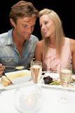 Jeunes couples dans le restaurant Image libre de droits