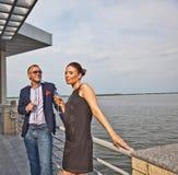 Jeunes couples dans le restaurant Images stock