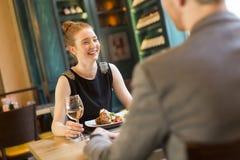 Jeunes couples dans le restaurant photo stock