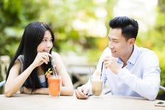 Jeunes couples dans le restaurant appréciant la boisson Photos libres de droits