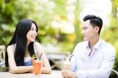 Jeunes couples dans le restaurant appréciant la boisson Photo stock