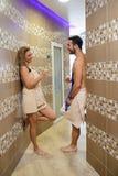 Jeunes couples dans le sauna image libre de droits