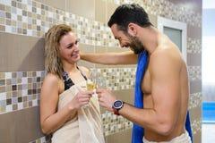 Jeunes couples dans le sauna images stock